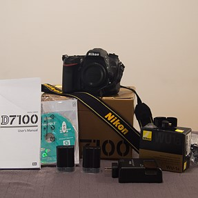 Nikon D7100 body or w/lens - Mint condition + accessories - 2600 shots - 975$